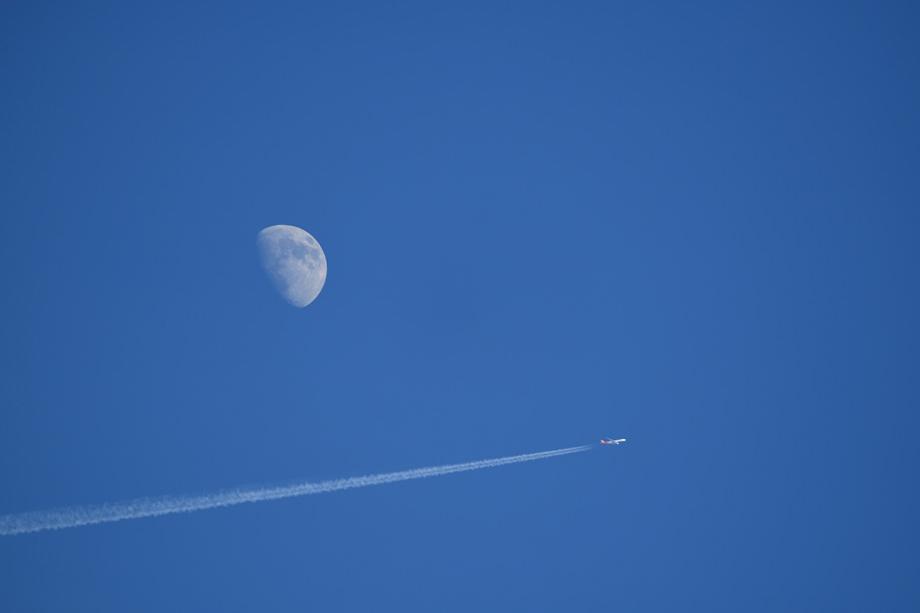 写真家 井上 六郎の手軽に携行できる超望遠100-400mmで、飛び行く飛行機を撮る