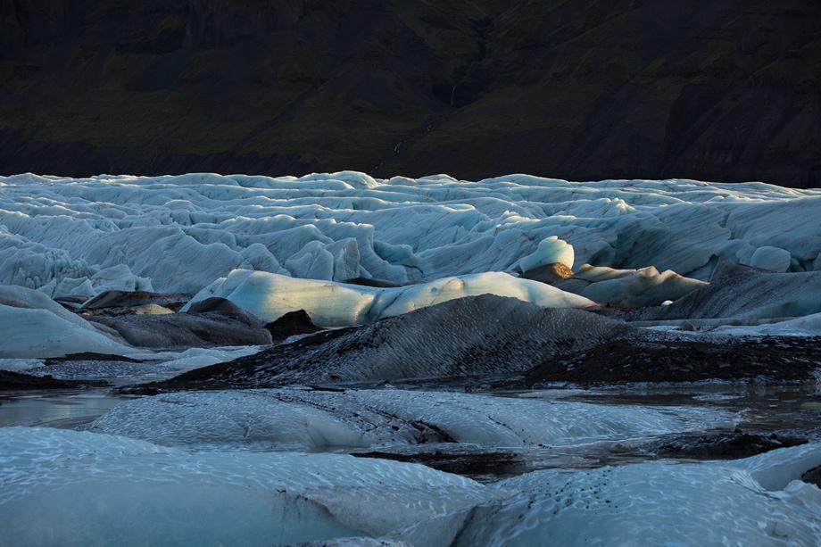 写真家 遠藤 励がマクロレンズSP 90mmで撮る、アイスランドの氷河の深淵