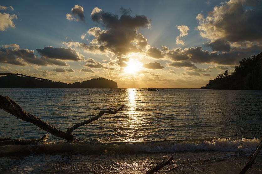 写真家 別所 隆弘氏がタムロン28-200mm F2.8-5.6 (Model A071)など3本のレンズで切り取る小笠原諸島の風景